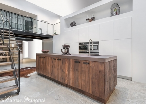 Esprit loft contemporain pour cette cuisine METROPOLE EVOLUTION de La Cuisine Française qui associe métal et bois ; la cuisine est réalisée en lames de chêne massif à nœuds, défibré et traité dans un esprit « vieux bois »