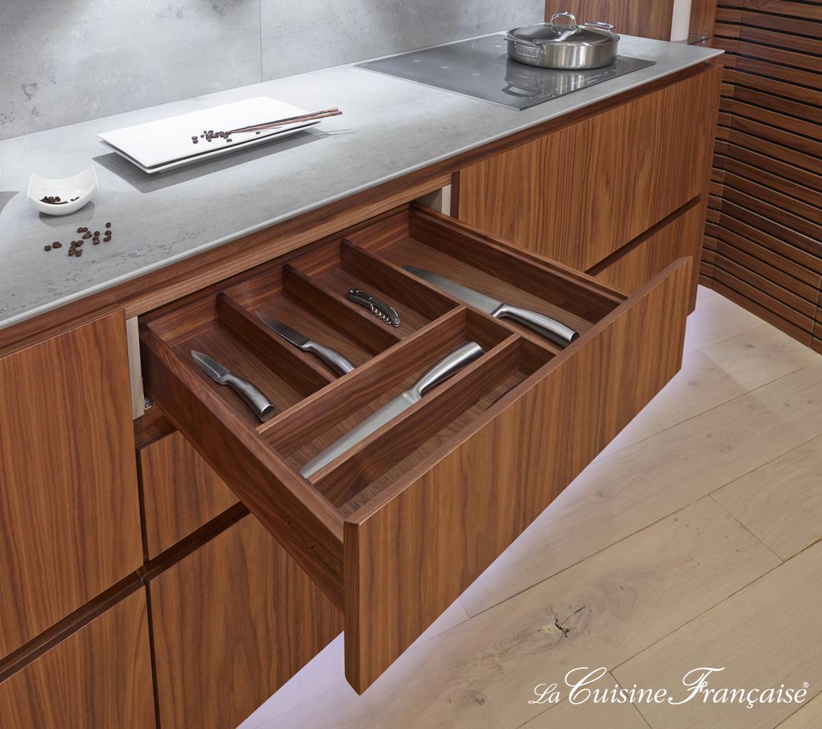 le sur mesure jusqu'au choix de la finition du range couvert et du tiroir en placage noyer