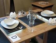 Table en placage chêne avec verre décoratif au niveau du piètement sur lequel repose un bambou