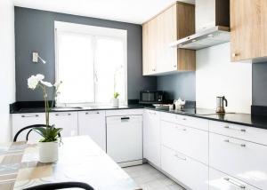 cuisines TEISSA stratifié blanc brillant et mélaminé chêne clair