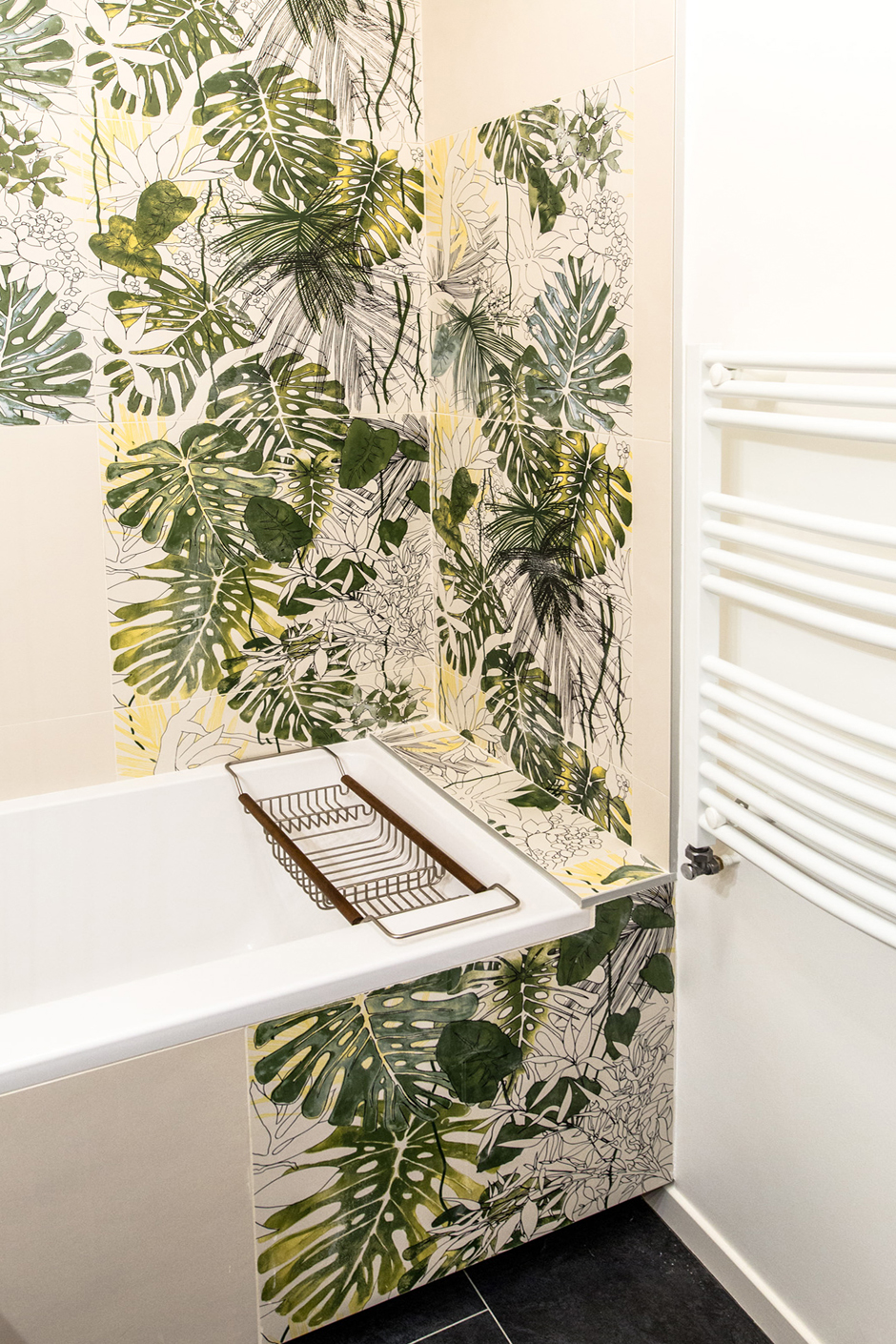 carrelage Jungle Equatorial de chez ORNAMENTA & Neutra Bianco de chez CASAMOOD