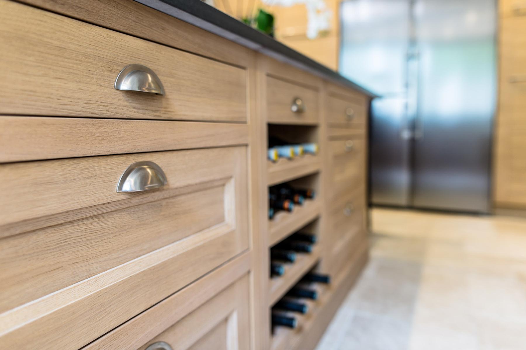 crémaillère bois dans niche ouverte plaquée de chêne pour recevoir les bouteilles de vin