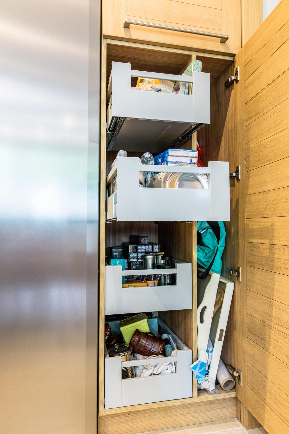 Intérieur d'une armoire composé d'une séparation verticale de 4 cofrfes intérieurs BLUM