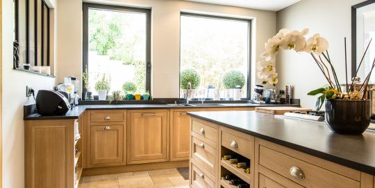 Meubles de cuisine en chêne massif huilé sans noeuds de la Cuisine Française , modèle Haussmann