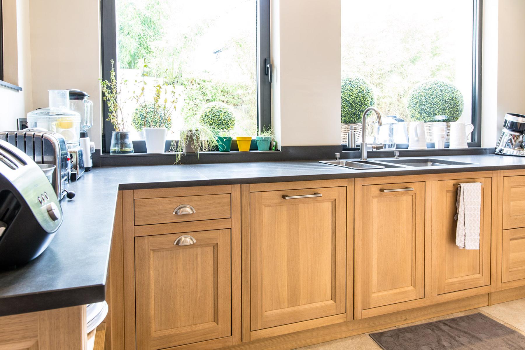 cuisine en chêne massif modèle Haussman et son plan en quartz de chez Unistone