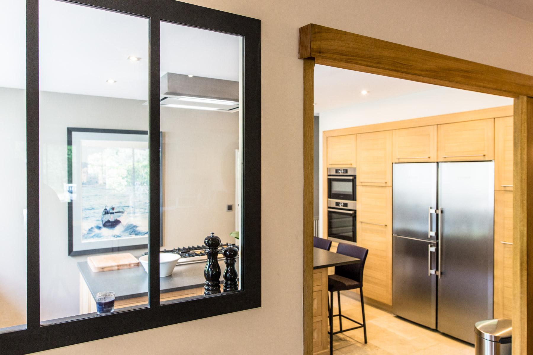 Verrière de l'Atelier Alexandrin ouvrant sur une cuisine modèle Haussmann et Variation