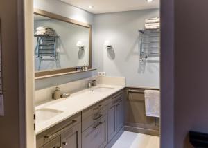 salle de bains LCF design en médium laqué & ses plans en poudre de marbre SNOW
